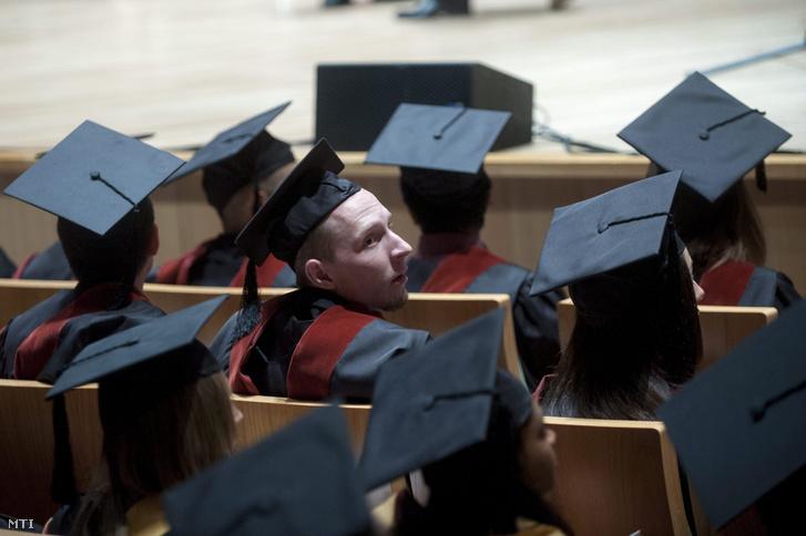 Végzős hallgatók a Közép-európai Egyetem diplomaosztó ünnepségén