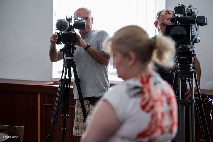 Á. Anikó a Tatabányai Törvényszék előtt tavaly júniusban