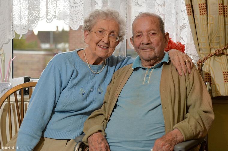 A férj most lett 100 éves, ezért kerültek bele ők a héten a hírekbe, ezért mentek ki hozzájuk a fotósok