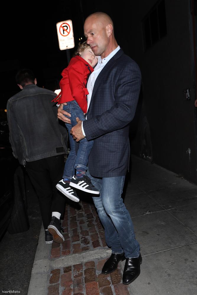 Hosszú este lehetett - ezt bizonyítja Elton John alvó kisfia, Elijah, aki másik apukája, David Furnish karjaiban aludt el hirtelen