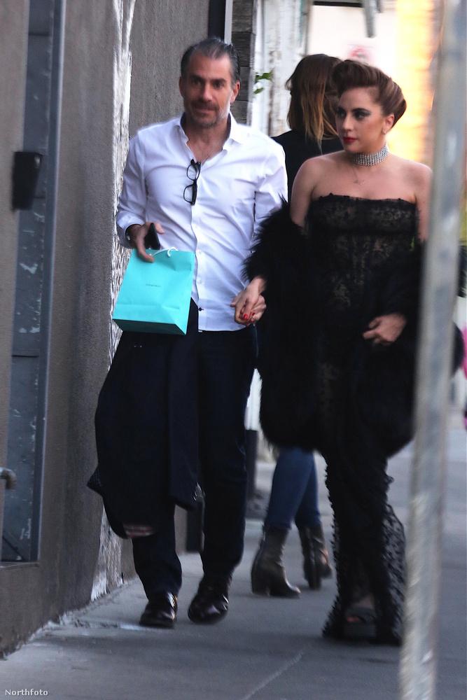 Nem tudunk róla, hogy bármiféle bántódása esett volna az énekesnőnek, de az tény, hogy egy indokolatlanul hosszú ruházatban kívánt magának boldog 31