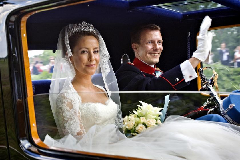 Marie Agathe Odile sikeres marketingesként dolgozott az Estée Laudernél és a Reuter's ügynökségnél. Barátai mutatták be egy buliban Joakim dán hercegnek, aki 2008-ban feleségül vette.
