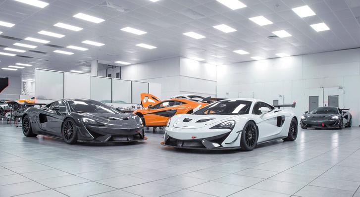 Kiszállításra váró McLaren 570S GT4 versenyautók a gyár motorsport műhelyében