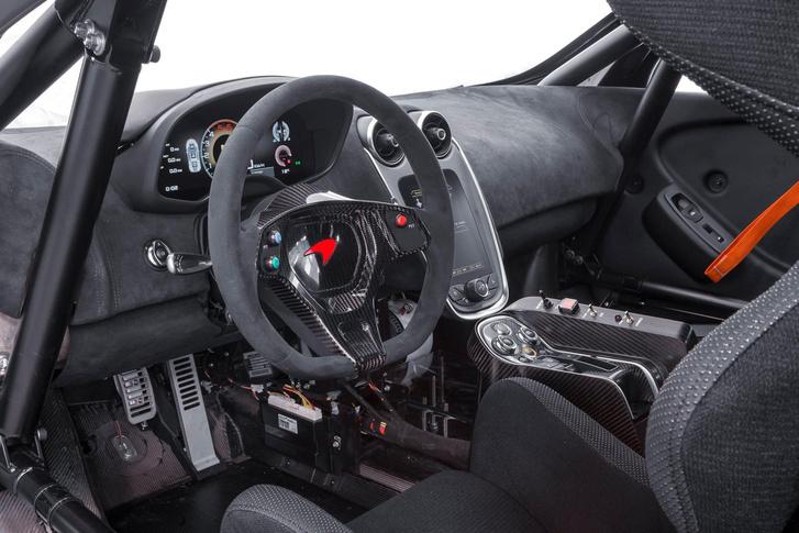 Még versenyautóként is igényes kialakítású beltér a McLarenben