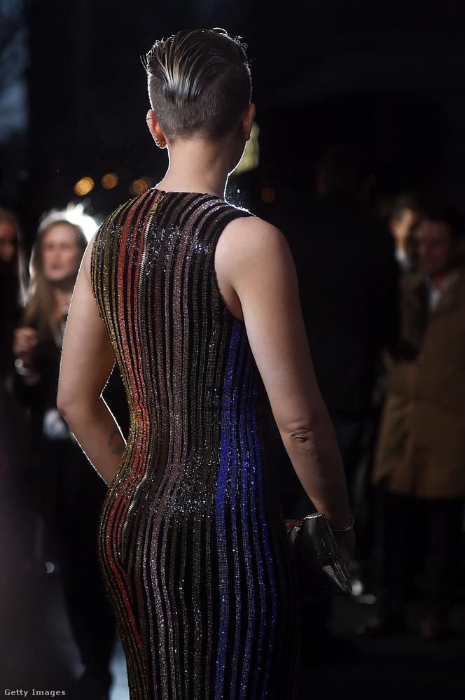 Nem gyakran látni híres asszonyokat hátulról, de most mégis