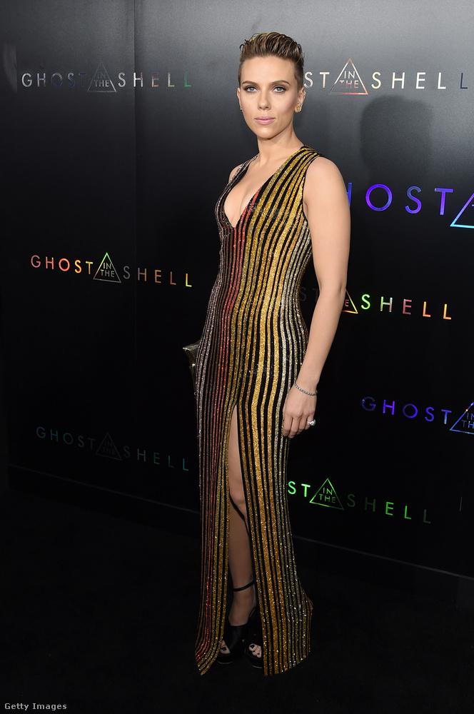 Akármelyik oldalról nézzük, csodásan fest neonzuhatagszerű ruhájában