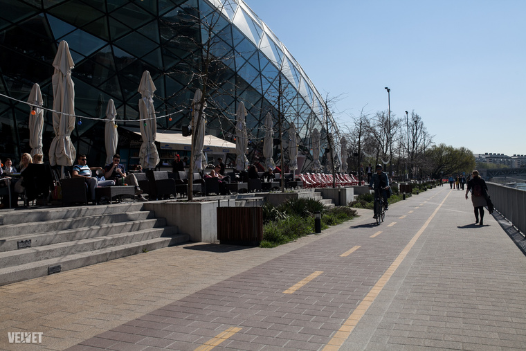 A következő javaslatunk a Duna mentén, a Fővám tértől a Petőfi-hídig tartó partszakasz