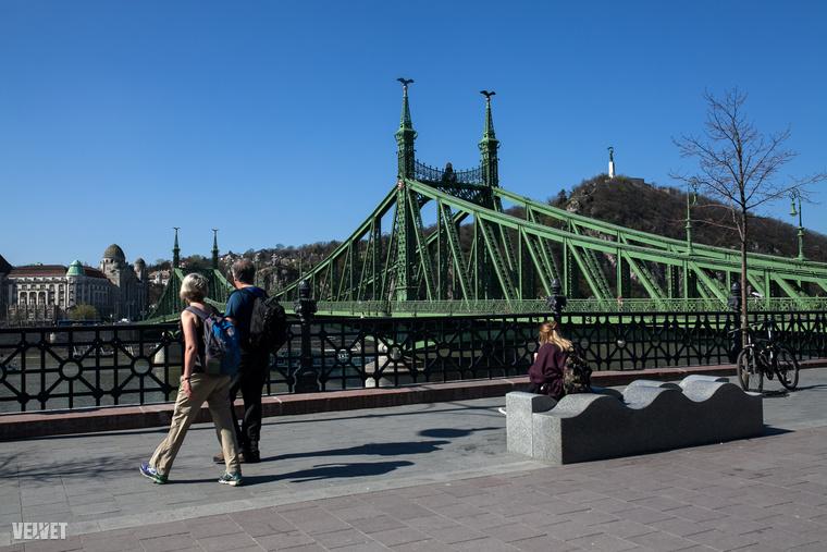 Jó világ volt, mikor a gyalogosok uralták a Szabadság hidat, de az a tény sosem fog változni, hogy Budapest egyik legszebb hídján mindig jó sétálgatni a napsütésben