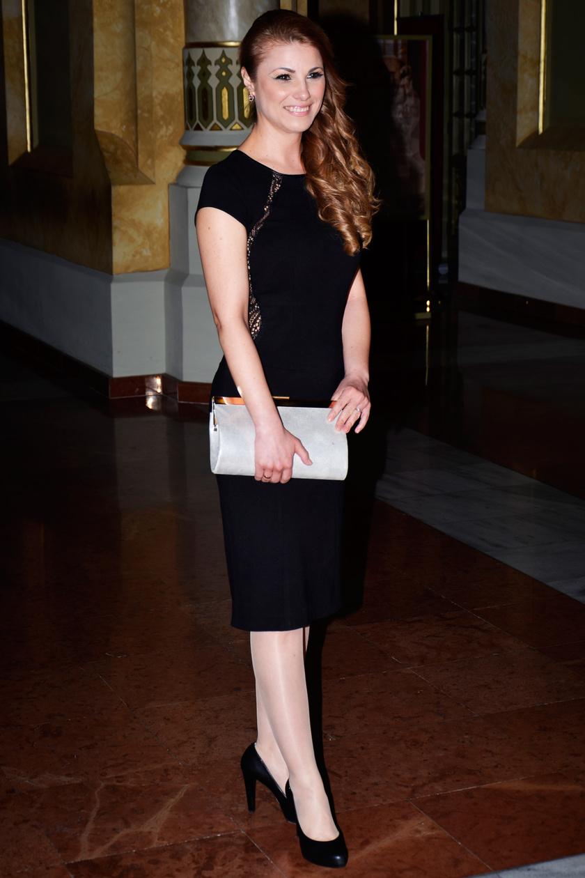 A csinos színésznő ezúttal nem választott feltűnő öltözetet - a Story-gálán élő virágokkal díszített ruhájával került a középpontba.