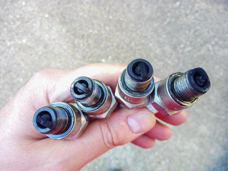 Nem túl szépek a gyertyák - ezt a készletet a régóta üzemmelegen járó motorból vettem ki, bár tény, hogy megszakítós, karbis motornál alapjáraton mindenképpen feketednek. De ennyire nem kéne