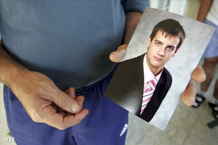 A reggeli lövöldözésben elhunyt Ádám fényképe édesapja kezében