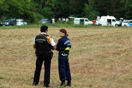 Helyszínelés Alsóörs határában - egy holttestet találtak abban az autóban, amelyből feltehetően leadták a lövéseket