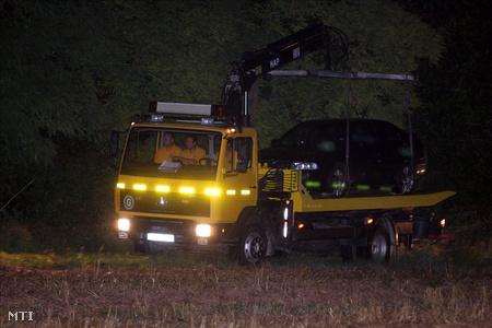 Elszállítják a fekete skodát Alsóörs határából, amely mellett a feltételezett öngyilkos holttestét találták Fotó: Koppán Viktor