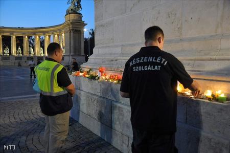 Gyertyagyújtással emlékeztek az Alsóörsön meggyilkolt rendőrre és a civil áldozatra  Budapesten a  Hősök terén.Fotó: Koppán Viktor