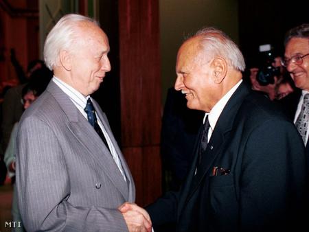 Göncz Árpád leköszönő köztársasági elnök és Mádl Ferenc megválasztott köztársasági elnök 2000. június 22-én, a CEU diplomaosztó tanévzáró ünnepségén (Fotó: Kovács Attila)