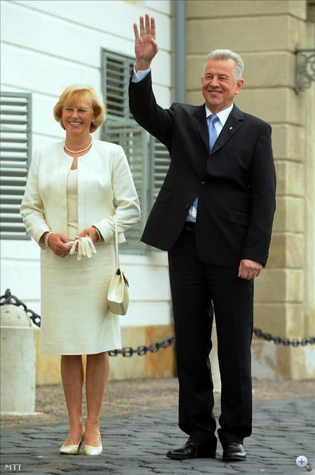 Schmitt Pál köztársasági elnök integet felesége, Makray Katalin társaságában a Sándor-palota bejáratában, az új államfő hivatalba lépése alkalmából rendezett ünnepség előtt.