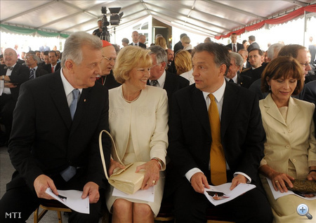 Balról: Schmitt Pál köztársasági elnök és felesége, Makray Katalin, valamint Orbán Viktor miniszterelnök és felesége, Lévai Anikó beszélget az ünnepségen.