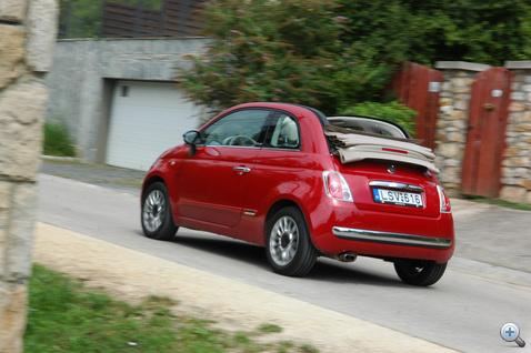Lenyitott tetővel 80-100 ig viszonylag huzatmentes, csak az autó közepén tör be egy kis légvonat