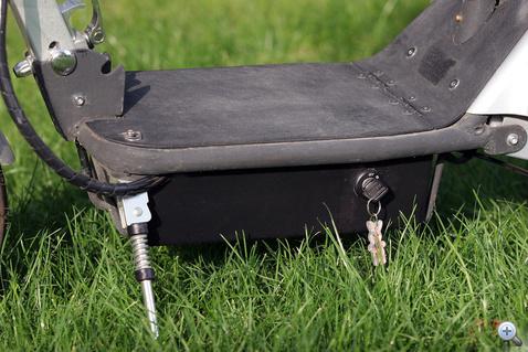 A taposólemez alatti doboz rejti az akkumulátorokat. Az indítókulcson a dísz egy soha le nem merülő nyuszi