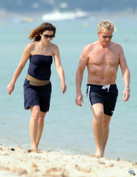 Gordon Ramsay és felesége, Tana egy romantikus tengerparti sétán