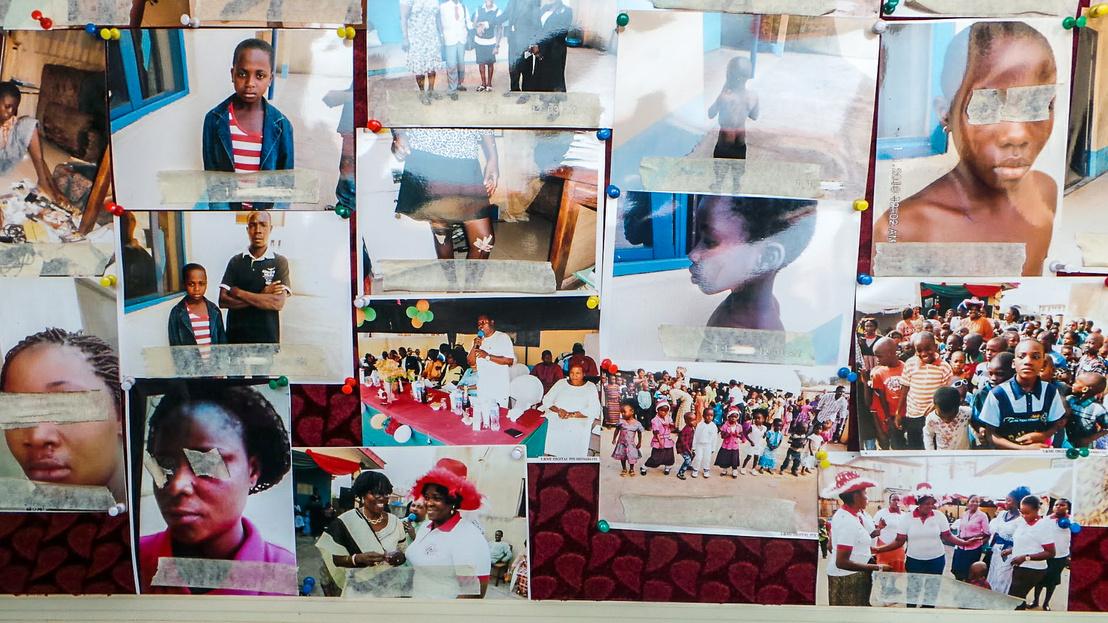 Eltűnt gyerekek fotói a helyi rendőrség faliújságján