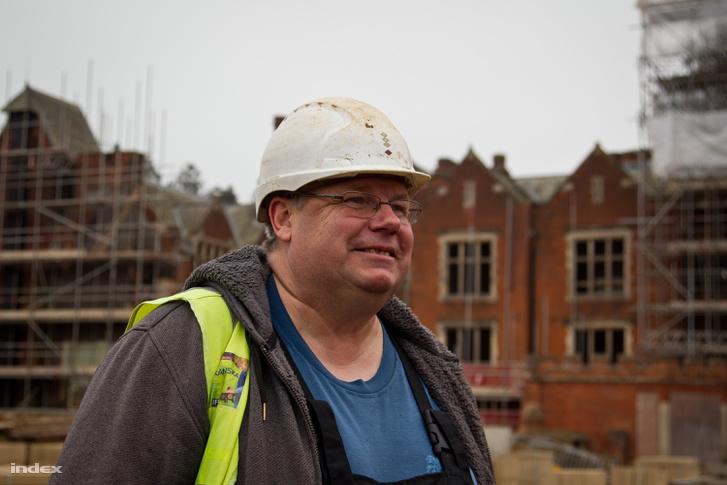 """Amikor a Londontól északra fekvő építkezésen egy több száz éves épületből kiröppen egy fehér galamb, Jánosnak a Walesi bárdok jut az eszébe: """"Ajtó megől fehér galamb, Ősz bárd emelkedik."""""""