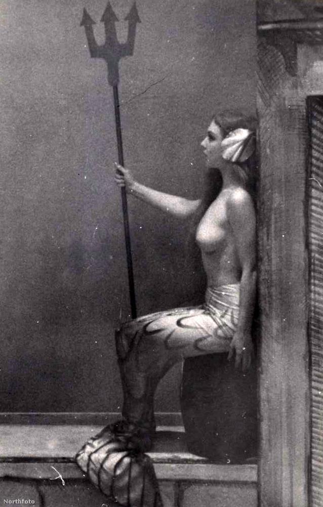 A világot látott férfinak - aki a Moulin Rouge-ban is járt - jutott eszébe, hogy meztelen nők kellenek ahhoz, hogy megtöltsék a nézőteret.