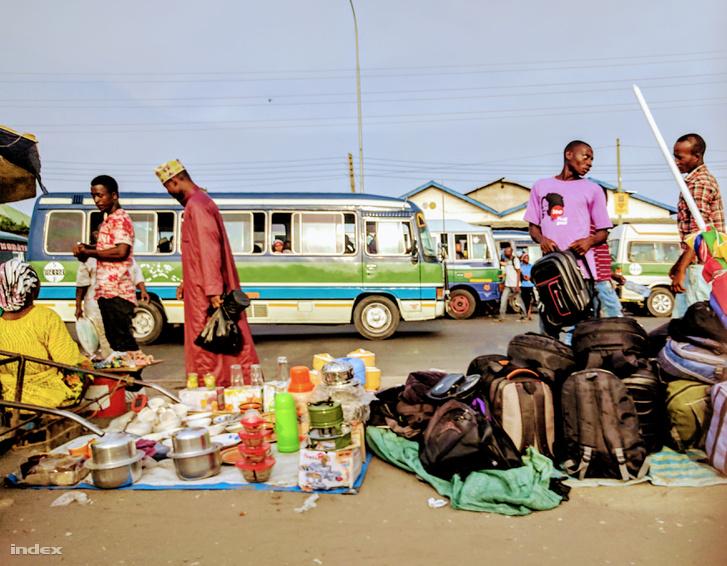 Vásár a nyomornegyedben, a háttérben a daladalák sorakoznak.