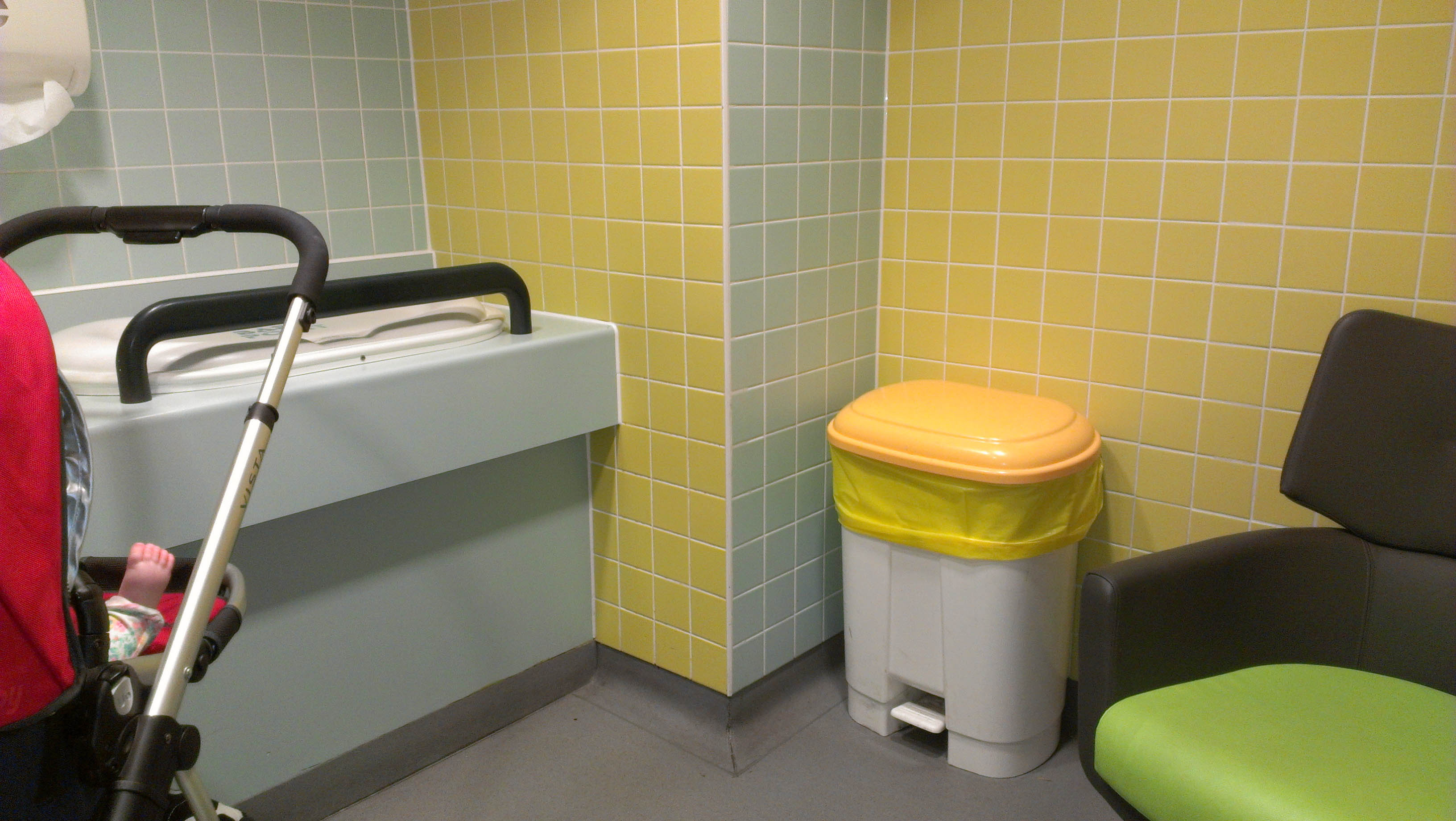 Az egyszerűséggel sincs semmi gond. Ez az oxfordi helyiség ugyan nem túldíszített, de minden igényt kielégít, ami felmerülhet pelenkázás és szoptatás esetén.