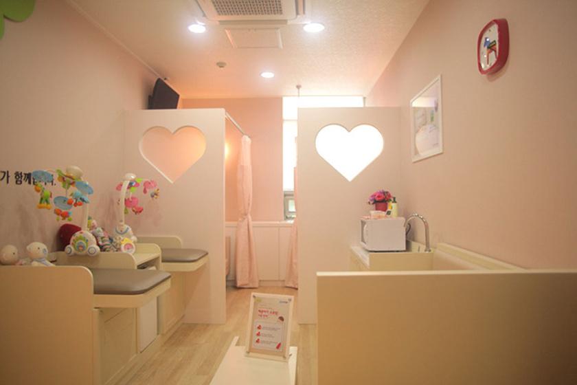 Japánban luxuskörülményeket varázsolnak a pelenkázni, szoptatni készülő anyáknak. Ez a helyiség egy álombabaszoba tulajdonságait hordozza magában.