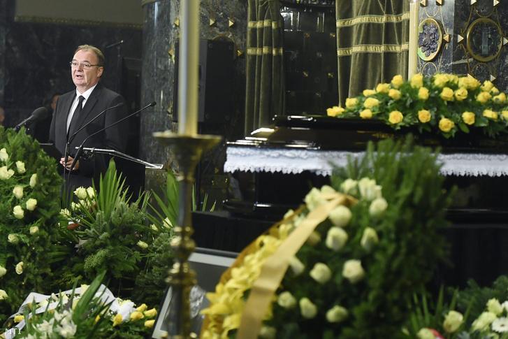 Kovács Géza, a Nemzeti Filharmonikusok volt főigazgatója búcsúbeszédet mond Kocsis Zoltán ravatalánál