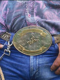 2af7721c98 A hatalmas övcsatok a szűk szárú nadrág tökéletes kiegészítői, bár  befuttatásukról inkább a szelíd motorosok és a vadnyugati cowboyok  tehetnek, ...