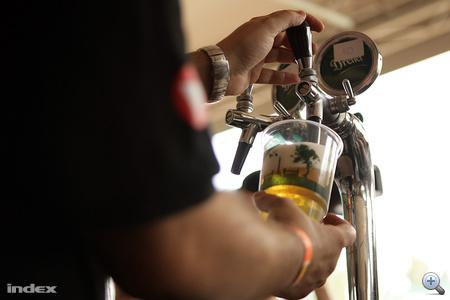A technikai állapot vizsgálata. A sörcsap összeszerelését, a sörvezetékek állapotát, a széndioxid reduktor nyomásértékét ellenőrzik.