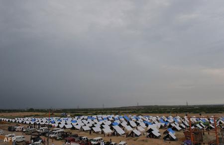 Menekülttábor Razzakabad közelében