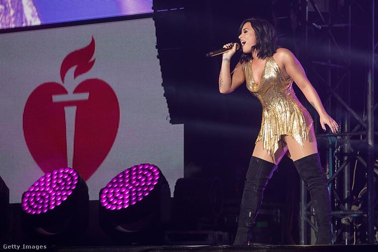 Biztos, hogy jó ötlet volt ez a fellépőruha Demi Lovato énekesnőn?