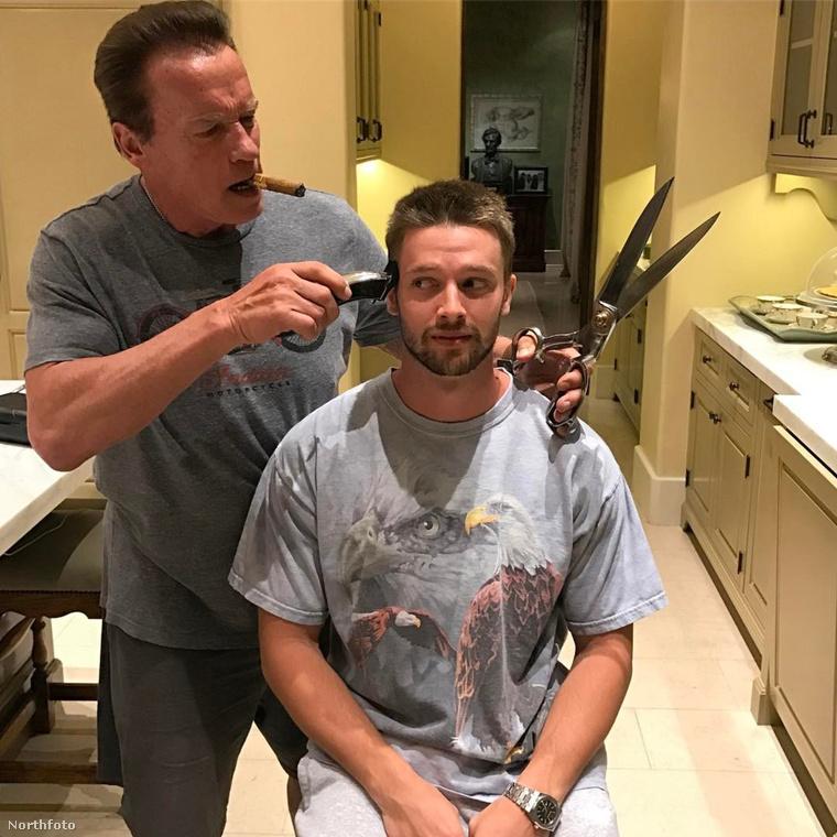 A hét egyik legjobb képe Arnold Schwarzenegger családjától érkezett: a 69 éves színész szivarozás közben vágja a fia haját egy gigantikus ollóval - csak úgy, mint Patrick gyerekkorában.Ezzel zárjuk a galériánkat, jövő héten újra jelentkezünk!