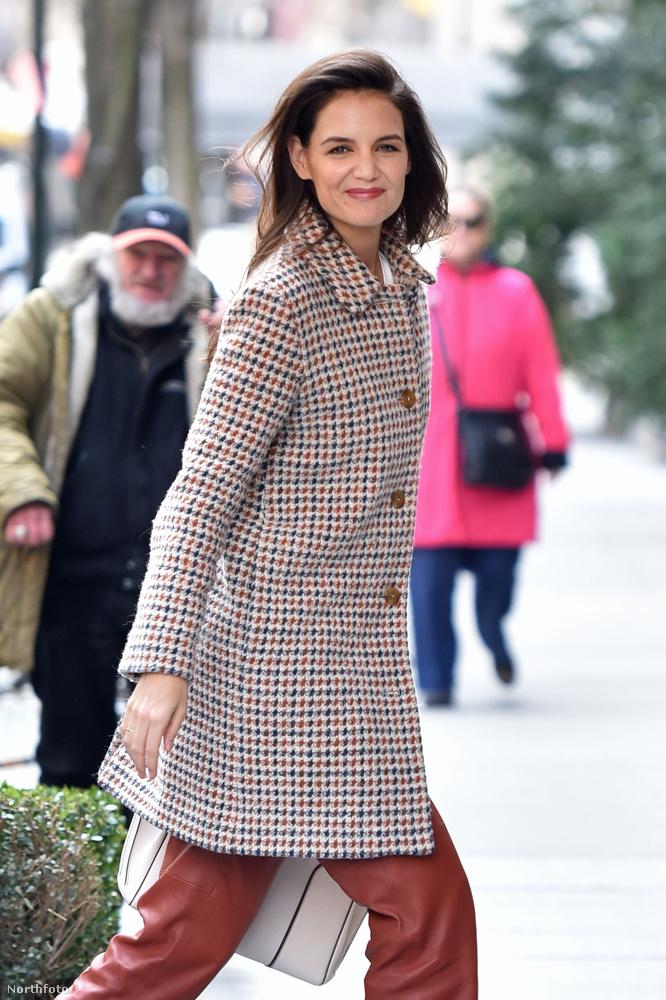 Katie Holmes március 30-án egy New York-i hotelbe vonult be épp, amikor kifigyelte, hogy fotózzák