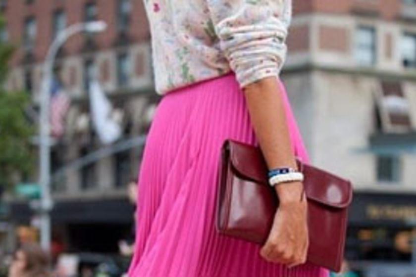 44bf15dd5c Ebben a ruhadarabban lehetsz a legnőiesebb: így viseld a pliszírozott  szoknyát - Szépség és divat | Femina