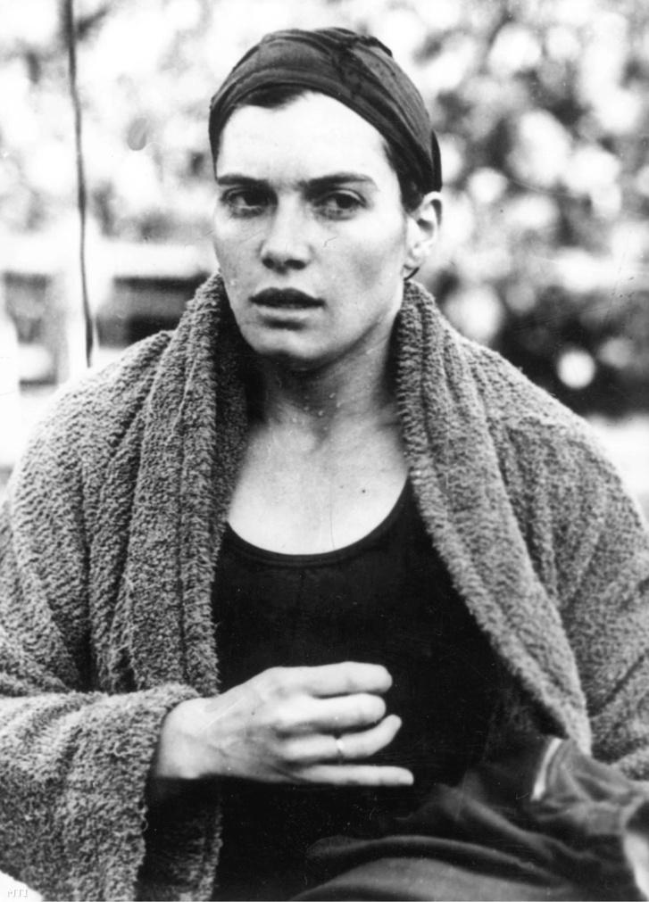 Helsinki 1952. Székely Éva a 200 méteres mellúszás olimpiai bajnoka a győzelem után a július 19. és augusztus 3. között megrendezett helsinki olimpián.