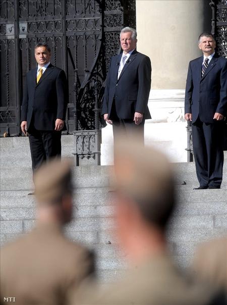 Orbán Viktor miniszterelnök, Schmitt Pál köztársasági elnök és Kövér László, az Országgyűlés elnöke jelenlétében, katonai tiszteletadás mellett ünnepélyesen felvonták a Magyar Köztársaság lobogóját  (Fotó: Földi Imre)