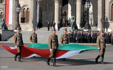 Katonai tiszteletadás (Fotó: Földi Imre)