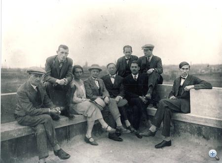 A Bauhaus mesterek a mőteremház tetején Dessauban.                         Fent: Breuer Marcel, Walter Gropius, Moholy-Nagy László,                         lent: Josef Albers, Gunta Stölzl, Oskar Schlemmer, Vaszilij Kandinszkij, Herbert Bayer, Hinnerk Scheper