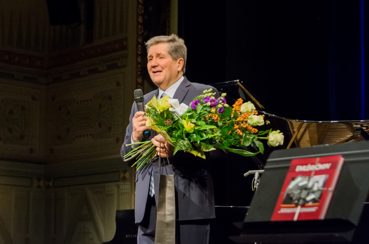 A hetvenedik születésnapján tartott meglepetéskoncerten