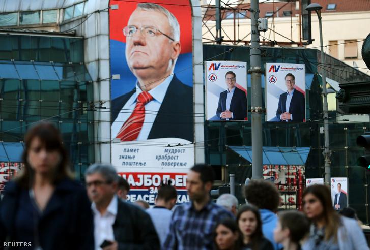 Belgrádi utcakép Vojislav Šešelj és Aleksandar Vučić választási plakátjaival