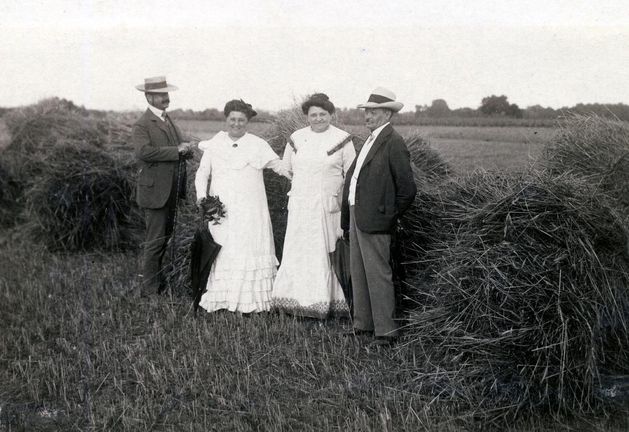 A ruhákat figyelve megállapíthatjuk, hogy ez és a hetedik kép ugyanakkor készült. Ahogy írtuk, azt 1914-ben adták fel, ezen pedig 1910-et mutat a postai bélyegző. Vajon Erdőssy felhagyott a fotografálással? Vagy azok a képeslapok még lappangnak valahol?