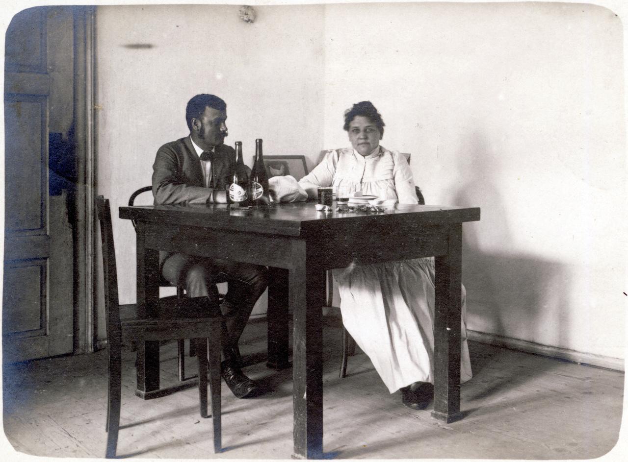 """Egy korai kép a gyűjteményből, melyet 1900 augusztusában adtak fel Zselízen. """"Édes Marcsa! Így hízik az ember itt Szodón friss sör mellett""""- informálta sógornőjét Irma. Erdőssyék a legteljesebb egyszerűségben töltötték a nyarat Szodón, a levelezőlap-csomag szerint legalább 1900 óta."""