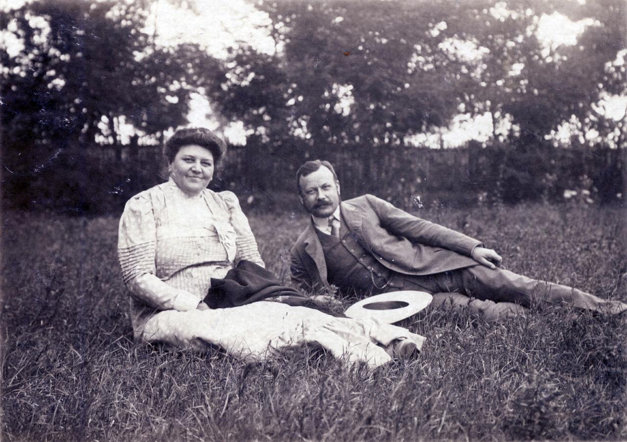 """Erdőssy Béla számára a nyári szezon a pihenés és az anyaggyűjtés néhány hónapja volt. Ahogy írta önéletrajzában, életét elsősorban és félig-meddig kényszerűségből a tanítás tette ki. Alkotni a nyári iskolaszünetben tudott, kedvenc témája a természet volt. """"Béla szorgalmasan fest, most van ideje""""- tudatta Erdőssyné az egyik levelezőlapon."""