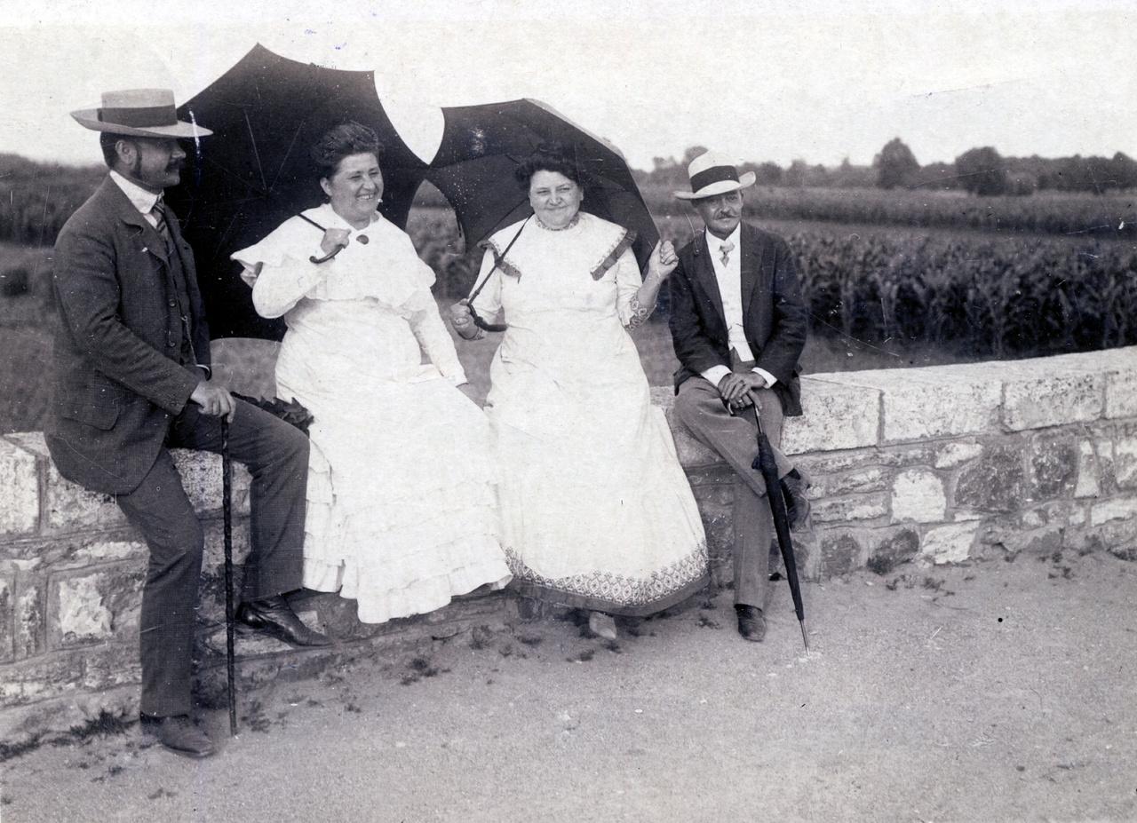 Az Erdőssy és az Éder házaspár sok időt töltött együtt a fővárosban és vidéken is. A lapot ugyan 1914 szeptemberében adták fel Budapesten, de biztos, hogy évekkel korábban készült. A képeslapgyűjtemény valószínűleg Éderék tulajdona volt, ők szerepelnek címzettként.