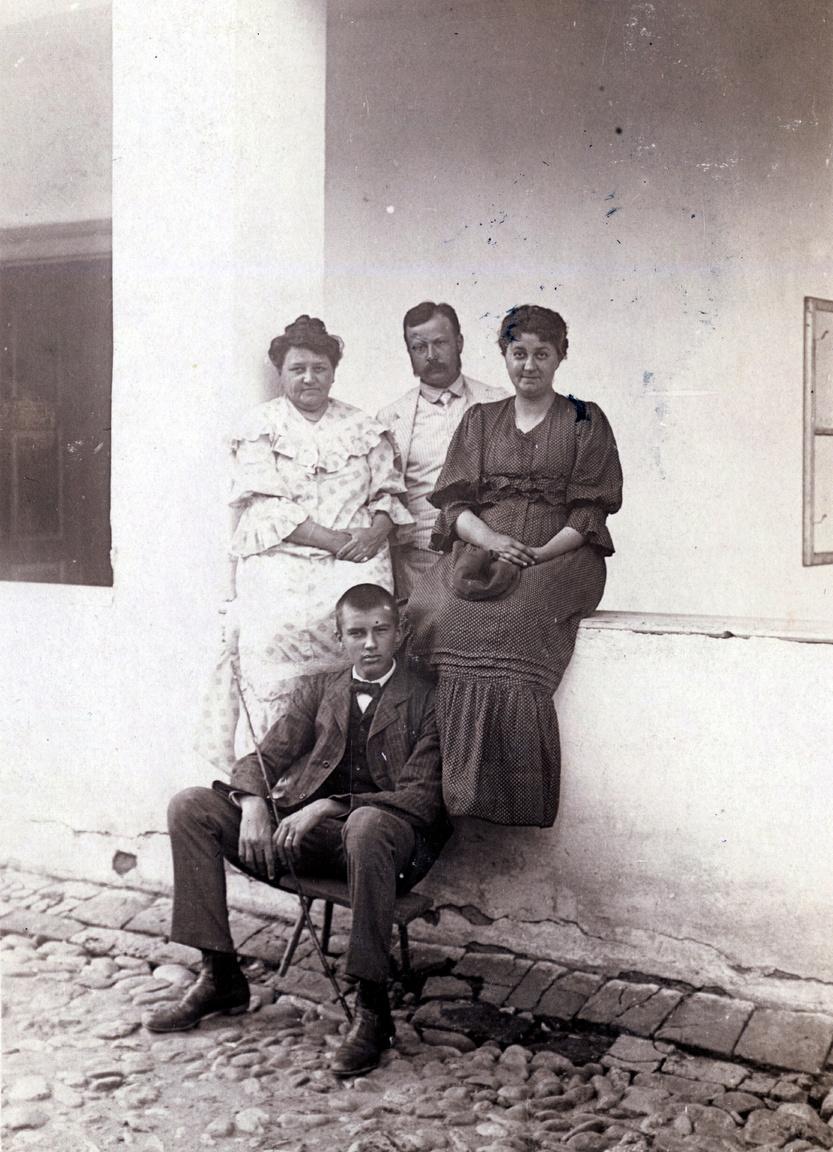"""A szodói vagy zebegényi portát ábrázoló képeslapot Budapesten adták fel 1907-ben. Erdőssyék rendszeresen vendégül látták rokonaikat, itt éppen Erdőssy Idát és egyik fiát. A lapot Erdőssy Béla írta sógorának, megköszönve a névnapi jókívánságokat. Az Illem kívánalmai szerint járt el. Írása jól olvasható és tiszta, hiszen """"mívelt egyén nem küld olyan levelet, melyben áthúzott szó vagy sor van, s melyet ujjaival vagy tentával szennyezett be. A helyesírásnak persze szintén kifogástalannak kell lennie, mi különben magától értetődik."""""""