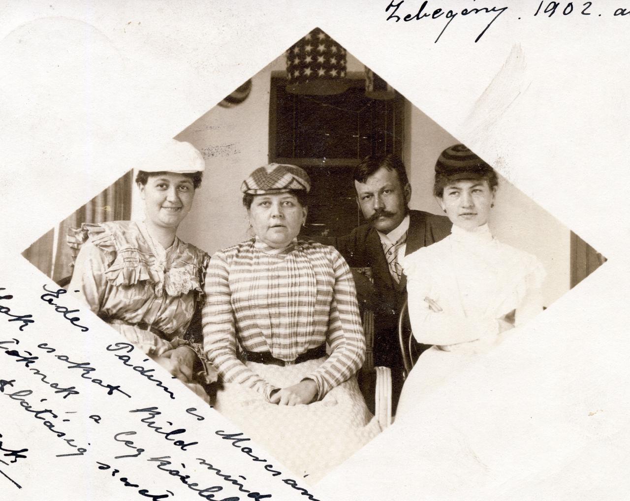 """A Zebegényben, 1902 augusztusában feladott levelezőlapon Erdőssy Béla néz a kamerába a hölgykoszorú közepén. Valószínűleg nemcsak a postára adás, hanem kép készítésének helye is Zebegény. A Magyar Nemzeti Galériában őrzött Parasztudvar Zebegényben című olajfestménye 1894-ből származik, tehát Erdőssy már a századforduló előtt is az egyik """"dísztelen, de tiszta sváb házban"""" töltötte a nyári hónapokat. Zebegényről ma ugyan Szőnyi István jut eszünkbe, valójában Nagymarossal együtt már az 1900-as évek elején népszerű volt a fővárosi festők, írók, művészek között. """"Volt holdvilágos csónaktúra, izgalom, szerelem""""- írta Thury Zsuzsa, míg a túlparton, Visegrádon a komoly budai és józsefvárosi polgárok béreltek villát vagy falusi lakot, és """"nem tartózhatott a jó társasághoz, aki cselédlány nélkül nyaralt, maga főzött, mosott és vasalt."""""""